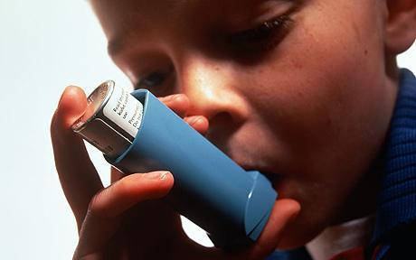 Baiat suferind de astm